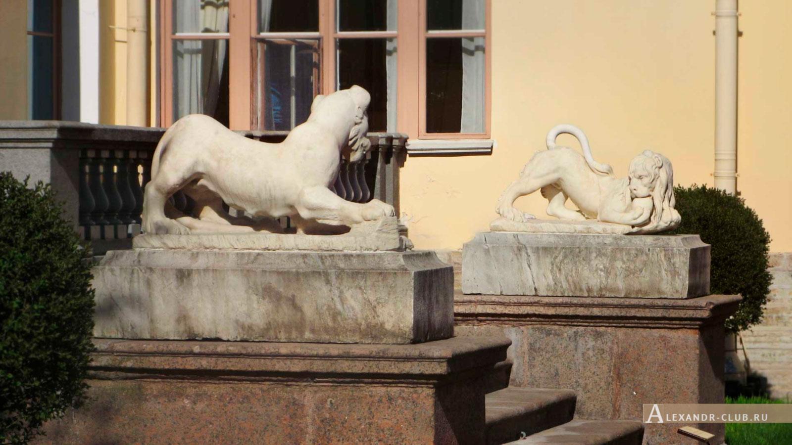 Павловский дворец, весна, крыльцо со львами в Собственном садике