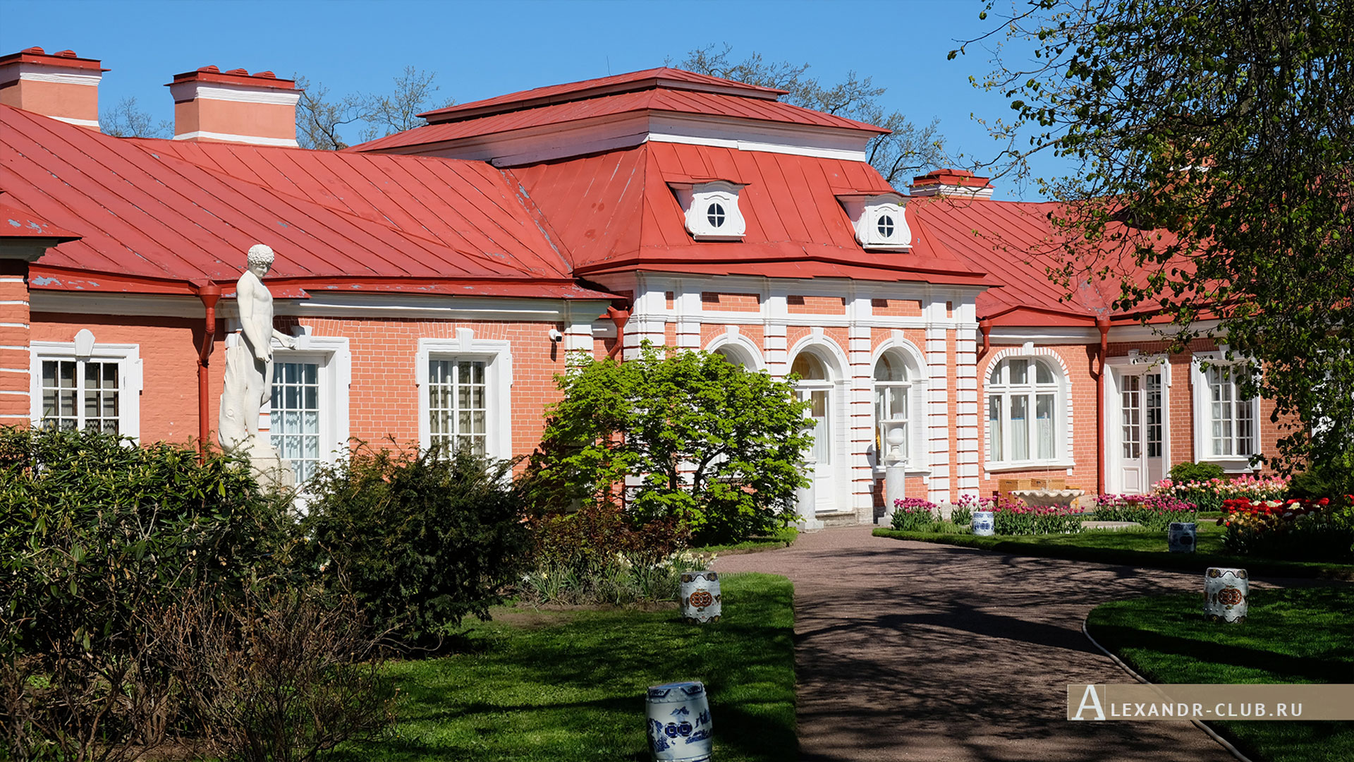 Петергоф, весна, Нижний парк, дворец «Монплезир», Банный корпус, Китайский садик