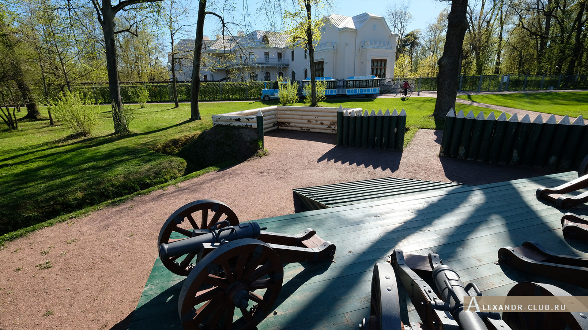 Петергоф, парк «Александрия», весна, редут, пушки, Фермерский дворец