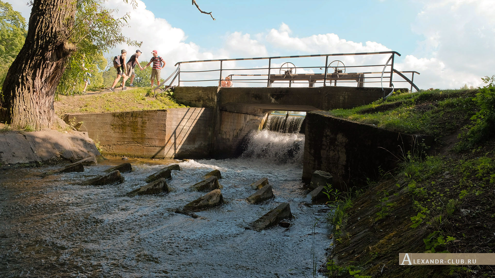 Петергоф, Луговой парк, лето, плотина на Никольском пруду
